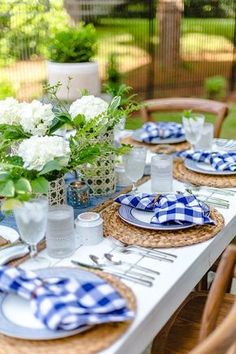 Barbecue Party Blue Table Settings, Outdoor Table Settings, Outdoor Dining, Outdoor Table Decor, Place Settings, Barbecue Party, Backyard Barbeque Party, Bbq Table, Al Fresco Dining