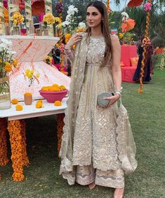 A friends wedding is just as important for the bride as it is for the bridesmaid 💫 . Pakistani Bridal Dresses, Pakistani Wedding Dresses, Pakistani Dress Design, Pakistani Outfits, Pakistani Clothing, Wedding Hijab, Dress Wedding, Indian Bridal Outfits, Indian Bridal Wear
