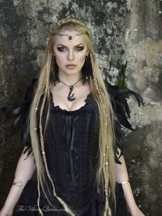 Top Gothic Fashion Tips To Keep You In Style. As trends change, and you age, be willing to alter your style so that you can always look your best. Consistently using good gothic fashion sense can help Viking Queen, Viking Woman, Medieval Fashion, Gothic Fashion, Viking Makeup, Estilo Tribal, Medieval Hairstyles, Viking Dress, Viking Costume