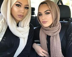 Image about style in hijab by ❃ V O G U E ❃ on We Heart It Muslim Women Fashion, Islamic Fashion, Beautiful Muslim Women, Beautiful Hijab, Arab Girls, Muslim Girls, Habiba Da Silva, Modele Hijab, Hijab Fashionista