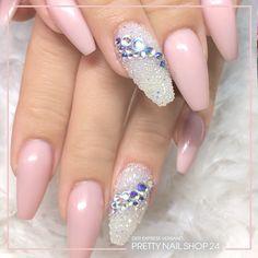 """#trend #style #nailart #glasperlen #pearls Perlen und Glitzerelemente – so lässt sich der Trend """"Glasperlen"""" perfekt in Szene setzen. Wäre das ein Design für Euch?"""