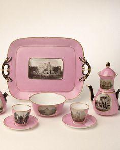 Het is een populair object onder de deelnemers van Mix Match Museum, dit roze koffieservies. 't Is dan ook iets bijzonders: met zijn foto's van Amsterdam uit de begintijd van de fotografie, die werden meegebakken met het lichtroze porselein. Dat was een nieuw procedé uit tweede helft 19de eeuw: http://hart.amsterdammuseum.nl/98795/nl/koffieservies-als-huwelijksgeschenk