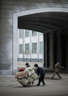 Hard life in the steets of Pyongyang - North Korea © Eric Lafforgue