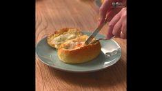 Pão recheado no forno com queijo e ovo