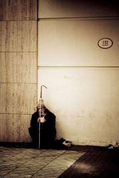 Solidão pública. Nas ruas enfumaçadas ... passam milhões de pessoas por dia ... Se cada um deles der um segundo de atenção a quem necessita de companhia ... não existiria gente solitária. Fotografia: Oscar Ordenes Rivera no Flickr.