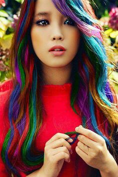 Dye your hair simple & easy to ombre teal hair color - temporarily use ombre blue hair dye to achieve brilliant results! DIY your hair ombre with hair chalk Fashion Star, Fashion Women, Pelo Multicolor, Coiffure Hair, Ombre Highlights, Rainbow Highlights, Ombré Hair, Wavy Hair, Hair Bangs