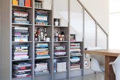 Lindas inspirações que provam que estantes de livros e escadas formam um ótimo par - limaonagua - foto: ACRE Goods + Services