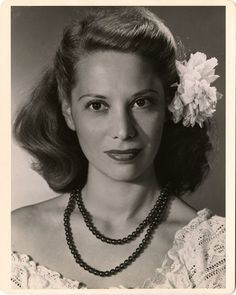 Actress and singer Dinah Shore looking so timelessly lovely in a double strand necklace and hair bloom. #vintage #actresses #1940s #hair