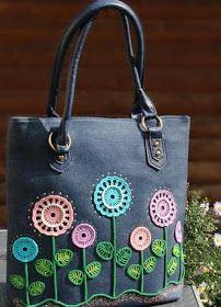 Flávia Késia: Ideias de bolsas artesanais com aplicações Crochet Box, Crochet Flowers, Diy Accessories, Crochet Accessories, Hello Kitty Crochet, Bow Bag, Cross Stitch Heart, Handmade Handbags, Bag Patterns To Sew