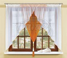VERETA voál s provázky koňak     Bílý voál v kombinaci s oranžovou provázkovou záclonou vytvoří na vašem okně nevšední dekoraci.     Hotová záclona má našitou řasící stužku, ve které jsou napevno všité lesklé oranžové provázky. Lem je zdoben lesklou stužkou ve stejném barevném odstínu jako provázky.     Rozměr je uveden před nařasením.     Součástí balení je i prací síťka určená k šetrnému praní záclon a jiného jemného zboží. Provázkové záclony doporučujeme vždy prát v pracím pytlíku.