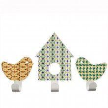 TRESXICS // Colgadores Pajaritos y Casita Estampado Retro  Colgadores de pared de acero inoxidable de 2mm. Preparados para resistir en una pared de habitación infantil. Conjunto de 3 piezas: pajarito derecho (ancho 10 cm x alto 12 cm); casita ( ancho 12 cm x alto 19 cm), pajarito izquierdo (ancho 10 cm x alto 12 cm). No es necesario hacer agujeros a la pared para instalarlos! Se pegan a la pared con una tira adhesiva súper resistente!