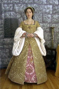 Early Henrician Period gown. Love seeing a gown worn with the proper underpinnings.