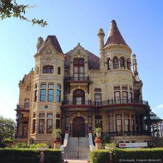 Palácio do Bispo, também conhecido como Castelo de Gresham, em Galveston, Texas, USA. É uma casa vitoriana construída em 1887, toda de pedra, para resistir a furacões, para Walter Gresham e sua família. Durante anos, serviu como residência para o bispo do Texas, até a década de 60, quando foi aberta ao público.  Fotografia: © Divulgação, Instagram @manonhlt  http://www.pureviagem.com.br/noticia/estados-unidos-tambem-tem-castelos-que-parecem-contos-de-fadas_a19578/10#10