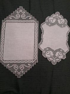 Mariolina dell'Abate Sfilato siciliano centrini Crochet Table Runner, Crochet Tablecloth, Crochet Doilies, Knitting Patterns, Crochet Patterns, Border Pattern, Red Roses, White Roses, Diy Crochet