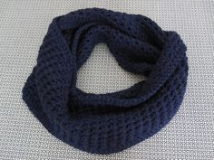 Gola/cachecol em crochet, 100% lã, em azul marinho.