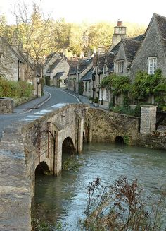 Let's take a walk in the village of Castle Combe, in Wiltshire, England, with a population of about Ranked No. 2 in The Times's 30 best villages. Places Around The World, Oh The Places You'll Go, Places To Travel, Places To Visit, Castle Combe, English Village, English Cottages, Cotswold Cottages, Beaux Villages