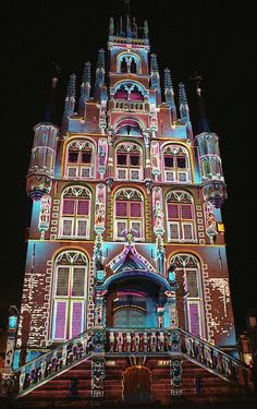 The City Hall in Gouda, Zuid-Holland, Niederlande ... special illumination for Christmas.