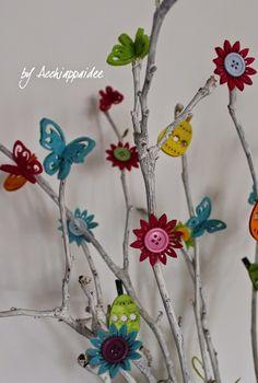 Farfalle, fiori e uova colorate per un romantico alberello di Pasqua La Pasqua si sta avvicinando e sicuramente avete voglia di sbiz...
