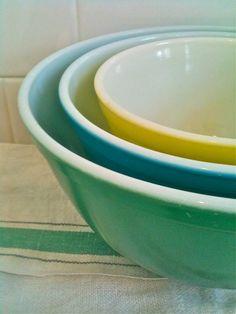 colorful vintage pyrex nesting bowls