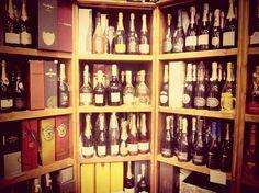 ENOTECA DRINK SHOP. Storica enoteca, da oltre 20 anni nel cuore della città. Troverete ad accogliervi il Sig.Domenico e la figlia Caterina, che saranno lieti di ricevere chiunque voglia avvicinarsi all'immenso mondo del vino.