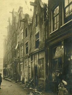 : Photo Slum dwellings in Amsterdam's Jewish Quarter, 1925 New Amsterdam, Amsterdam Netherlands, Old Pictures, Old Photos, Vintage Photos, Victorian Photos, Vintage Stuff, Amsterdam Jordaan, Slums