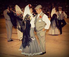Chotis madrileño. El chotis es un baile con origen en Bohemia, desde donde pasó a otros países (Francia y Alemania) llegando a España en 1850. El organillo fue introducido en Madrid por Luis Apruzzese, que llevaban unos simpáticos ritmos austríacos llamados Schotis, pasando en ese momento a ser el símbolo de la fiesta y el baile madrileño, llegando a ser el baile más castizo del pueblo.