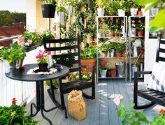 Hou de grond van je balkon vrij door kasten en stellages te gebruiken. Gebruik kleurige planten en potten, dat geeft een zomerse uitstraling.