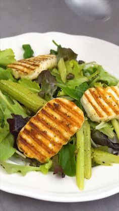 Frühlingssalat mit Halloumi The vegetarian spring salad with halloumi is an easy-tasty companion for the first warm sun rays. Vegetarian Recipes, Snack Recipes, Dinner Recipes, Healthy Recipes, Tasty Videos, Food Videos, Low Calorie Snacks, Healthy Snacks, Halumi Cheese Recipes