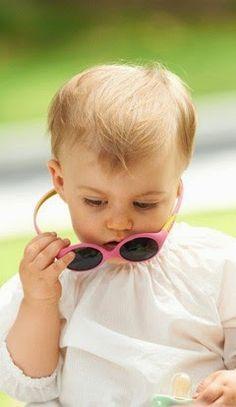 ¿Por qué es importante poner gafas de sol a los más pequeños?  Los rayos UV son tan peligrosos para los ojos como para la piel. Es indispensable protegerlos, no sólo para garantizar la comodidad visual del pequeño, sino también para preservar la salud de los ojos. Habituarle desde su más tierna edad a que lleve gafas protectoras, supone darle la oportunidad de que no tenga cataratas cuando sea adulto.   Recordemos que el papel de las gafas de sol es atenuar la luminosidad para no tener…