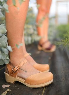Get the Look: How to Wear Clogs with Socks and Skinny Jeans - Sandgrens Clogs Leather Clogs, Tan Leather, Female Pirate Costume, Pirate Costumes, Clogs Outfit, Wooden Clogs, Wooden Sandals, Clog Sandals, Designer Boots