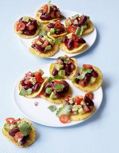 Recette Tostadas haricots rouges, avocat, coriandre : Rincez et égouttez les haricots rouges.Versez dans un saladier, ajoutez la tomate, l'oignon, l'avocat, la...