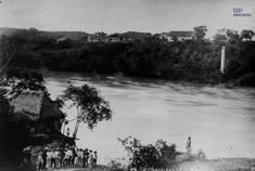 Río Magdalena, puerto de Girardot. Fotografía de Julio Racines, ca.  1920. Colección Biblioteca Pública Piloto de Medellín. Reg. BPP-F-003-0830.