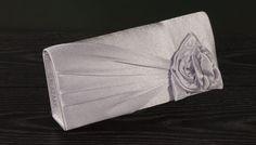 Clutch voor bij een cocktailjurk of galajurk. Inclusief optioneel zilveren draagkoordje. Prijs 21,50 www.degalazaak.nl