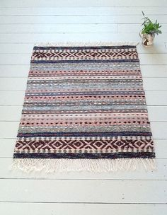 Swedish Rag Rugs from The Northern House. I love the larger design at the ends; Weaving Textiles, Weaving Art, Weaving Patterns, Loom Weaving, Hand Weaving, Rag Rug Tutorial, Rug Inspiration, Rustic Rugs, Weaving Projects
