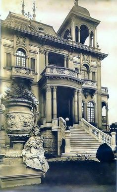 A frente do palacete rico em detalhes e obras de arte.                                                                                                                                                                                 Mais