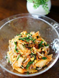 市販のキムチと茹でたニラもやしを混ぜるだけの簡単さっぱり酢の物です。