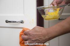 Le esperte di economia domestica ci aiutano a pulire le ante della cucina a poro aperto, lucide e opache con prodotti naturali