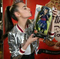 Sofia Carson e mini gênia Evie Descendants Pictures, Disney Descendants Dolls, Descendants Cast, Disney Channel Movies, Disney Channel Stars, Sophia Carson, Kenny Ortega, Adventures In Babysitting, Raini Rodriguez