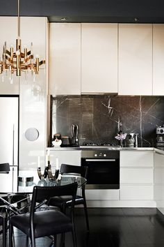 Nowadays, masculine kitchen Designs are popular. The characteristic of this design is the shade and modern look. In creating the modern masculine kitchen Black Kitchens, Luxury Kitchens, Home Kitchens, Kitchen Black, Brass Kitchen, Stone Kitchen, New Kitchen, Kitchen Decor, Urban Kitchen