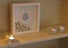 Ikea lijstje , kerstkaartje , kleine kerstballen en kunstsneeuw
