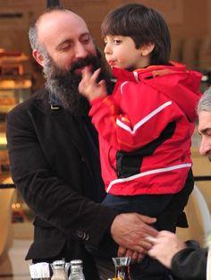 """HALİT ERGENÇ VE OĞLU 10 NİSAN 2014 Ergenç, """"Herkes merak ediyor diyorsunuz ama kim merak ediyor sakallarımı? Zamanı geldiğimde keseceğim elbet. Sakallarımı neden bu kadar merak ediyorsunuz, anlamıyorum"""" dedi ve kucağında taşıdığı oğluyla uzaklaştı."""