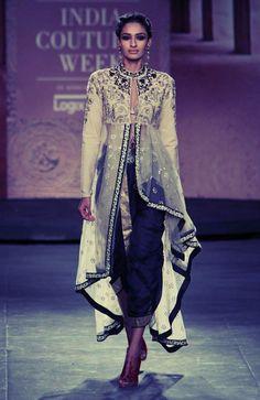 Anju Modi / India Couture Week via Vogue India Lakme Fashion Week, India Fashion, Ethnic Fashion, Asian Fashion, Anarkali, Lehenga Choli, Sharara, Sabyasachi, Indian Attire