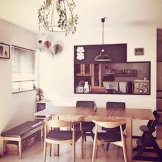 椅子や壁に黒を上手に取り入れたダイニングに、天井からつりさげられたカラフルなハニカムボール。 遊び心があって素敵なお部屋です。 椅子のチョイスから、きっとちびっ子がいるのだろうけど、感じさせないのがこれまた素敵!
