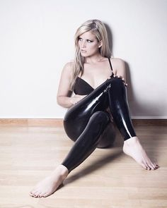 Stunning, elegant, and sophisticated leather and latex outfits and the women who wear them. Fetish Fashion, Latex Fashion, Fashion Models, Vinyl Leggings, Wet Look Leggings, Women Legs, Sexy Women, Sexy Latex, Latex Girls