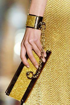 Pochette oro di Gucci: very cool Cheap Designer Handbags, Cheap Handbags, Handbags Online, Handbags On Sale, Purses Online, Designer Purses, Gucci Purses, Gucci Handbags, Gucci Clutch