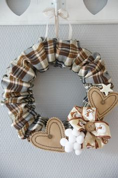 Kreatywne życie.....: WIANEK ....krok po kroku :) Pine Cone Christmas Tree, Felt Christmas Ornaments, Christmas Wreaths, Christmas Crafts, Christmas Decorations, Floral Embroidery Patterns, Fabric Hearts, Fabric Wreath, Wreaths And Garlands
