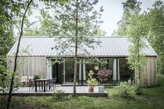 """Det skarptskårne """"Barn house cabin"""" skiller sig ud fra de andre sommerhuse i området. På den gode måde, heldigvis."""