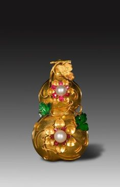 Gold, pearl and jade pendant worn by the imperial family, Qing Dynasty.