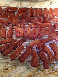 Bacon Candy- These are the best appetizers for a party delicious! Slice thick bacon into 3 poeces and coat with mix: brownsugar cornmeal. Finger Food Appetizers, Yummy Appetizers, Appetizers For Party, Appetizer Recipes, Finger Foods, Bacon Recipes, Cooking Recipes, Candied Bacon, Appetisers