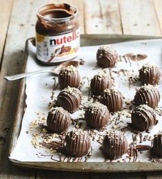 Whether you spread it on toast, or eat it right out the jar with (or without) a spoon, Nutella never fails to warm even the coldest of hearts. Valentine Desserts, Sweet Desserts, Vegan Desserts, Best Dessert Recipes, Sweet Recipes, Cake Recipes, Nutella Cake, Crunch Cake, Food Cakes
